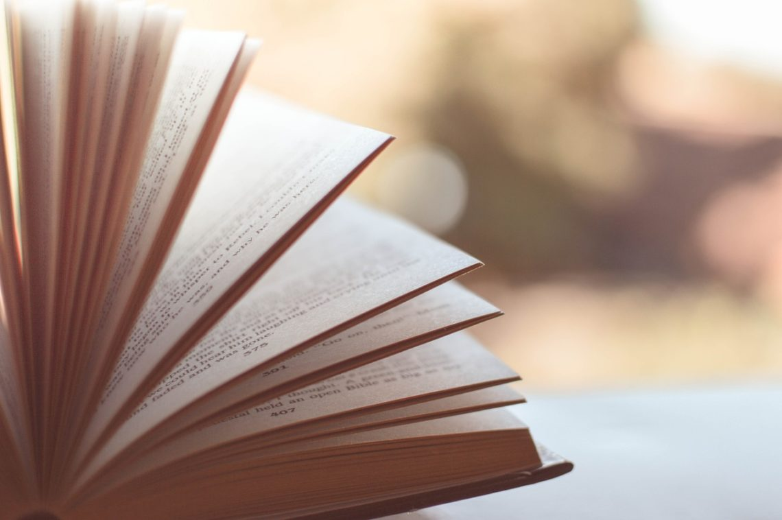 Livre ouvert suggérant des lectures inspirantes pour traverser cette période si particulière